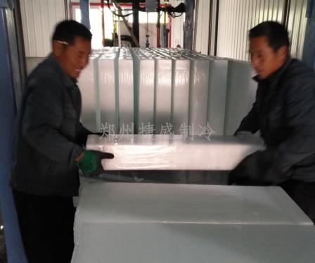工人搬运制成的30kg/块冰块